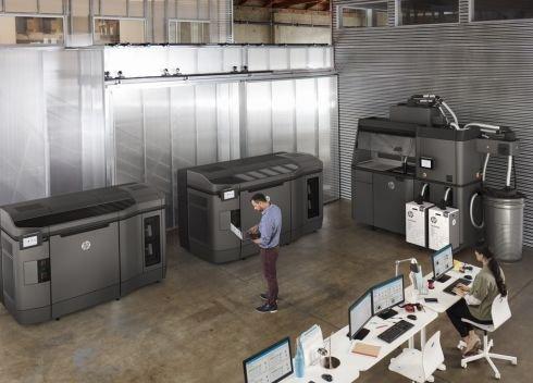 Výrobní hala s průmyslovými 3D tiskárnami HP