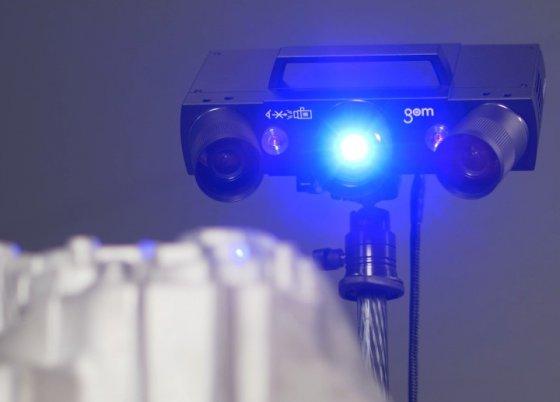 Optický 3D skener s technologií modrého světla dokáže přesně snímat vyrobené díly a zhodnotit přesnost výroby.