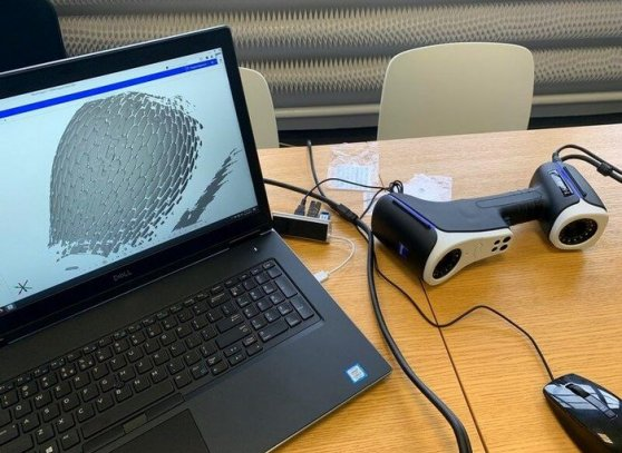 Notebook s připojeným 3D skenerem a nasnímaným modelem na obrazovce